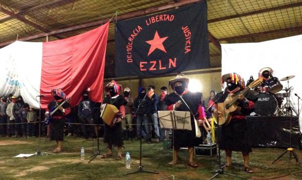 Los Originales de San Andrés durante el 20 aniversario del levantamiento armando amenizando la fiesta en Oventic. Foto Isaín Mandujano/Chiapas PARALELO