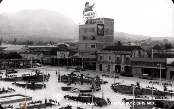 Imagen del Parque Central de Tuxtla, al fondo el Edificio Corzo, que sobrevive al tiempo. Foto: Archivo/Museo de la Ciudad