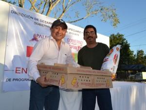 Edil de Palenque entrega pollitos. Foto: Comunicación Social Palenque.