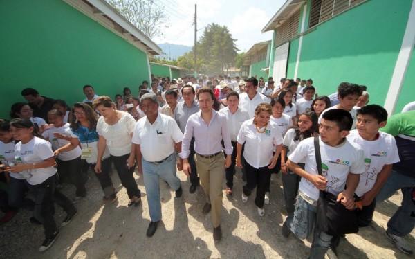 Gobernador Manuel Velasco con estudiantes de Ocosingo en 2013. Foto: Icoso