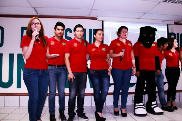 Estudiantes de LCC del IESCH presentaron la página de internet. Foto: Francisco Velásquez.