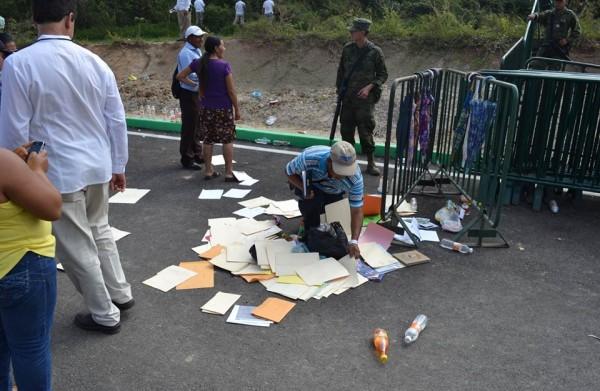 Líderes indígenas buscan entre los documentos tirados en el suelo, sus peticiones hechas a Peña Nieto y que fueron desairadas. Foto: Mario Gómez/Chiapas PARALELO