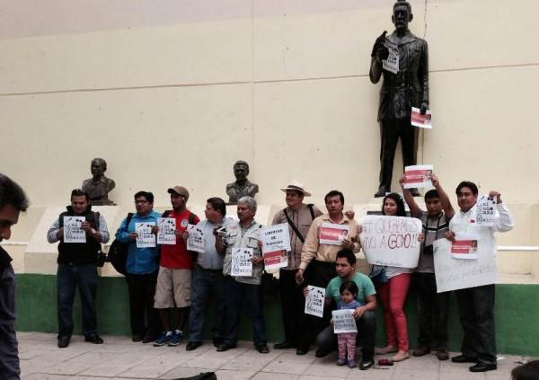 Periodistas de Chiapas protestan en el Parque de  La Libertad, junto al monumento del Dr. Belisario Domínguez, para exigir la aparición  con vida del periodista veracruzano, Grogorio Jiménez de la Cruz, levantado por un comando armado en su propio domicilio, el pasado 5 de febrero. Fotos: Chiapas PARALELO