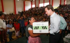 El Gobernador Manuel Velasco en una de las entregas de pollitos. Foto: Icoso