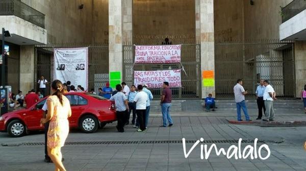 Los maestros se retiraron cerca de la media noche, pero advirtieron que regresarán el martes 11. Foto: Víctor Lara.