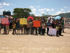 Padres y madres de familia, acompañados de sus hijos e hijas, tomaron la carretera para protestar por la libertad de un maestro acusado de abuso sexual. Foto: Chiapas PARALELO.