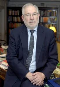 Carlos Berzosa, exrector de la Universidad Complutense, prologuista del libro Buscando el norte