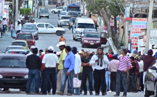 Campesinos impidieron que reporteros se acercaran a la zona donde mantenían retenidos a policías. Foto: Toño Aguilar