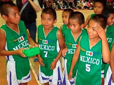 Niños triquis destacados jugadores de basquetbol. Foto: Radio Expresión