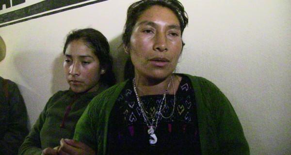 La niña tsotsil confirma que si estuvo presa en la cárcel municipal donde todo apesta a orín, hay mucha basura y hay heces de los borrachos que también pasan la noche en esas celdas. Foto: Raúl Vera.