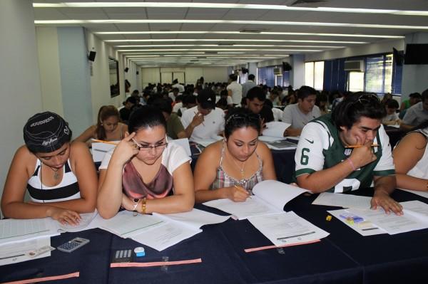 Jóvenes aplicando el examen Ceneval. Foto: UNACH