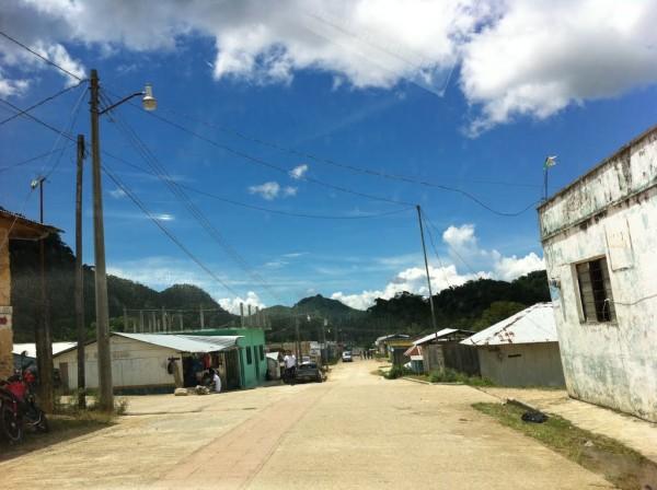 El municipio de Maravilla Tenejapa se ubica en la Selva Lacandona, fue fundado hace medio siglo por tseltales que emigraron del Tenejapa, en la región Altos.
