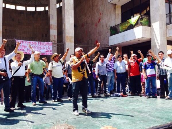 Mitin de maestros afuera del Congreso de Chiapas. Foto: Isaín Mandujano