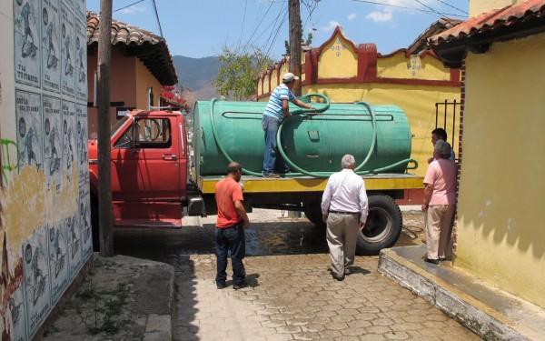 Luego de la protesta por falta de agua, ayuntamiento envió pipas con el líquido. Foto: Emiliano Hernández