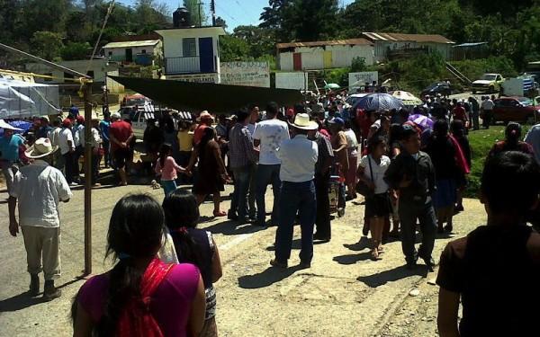 Unos 12 mil habitantes de Pueblo Nuevo mantienen un bloqueo carretero desde el pasado sábado. Luchan por tener agua para su subsistencia. Foto: Cortesía