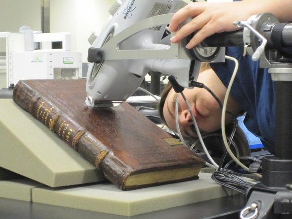"""Jennifer Wade escanéa un libro de 100 años de edad sobre la """"Vida de los Papas"""". Este escaneo permitirá conocer sus componentes químicos y estado general de preservación para tomar una decisión para su restauración. Tomado de BoingBoing.net"""