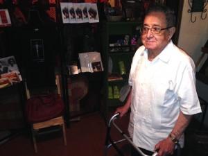 """El maestro Disner en la sala especial """"Los sueños de Disner"""". Foto: Isaín Mandujano/Chiapas PARALELO"""
