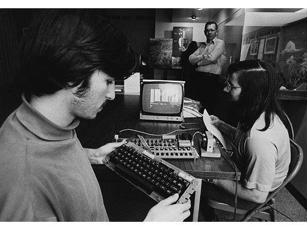 "Steve Jobs y Stephen Wozniak ""Hackeando"" la Apple I"