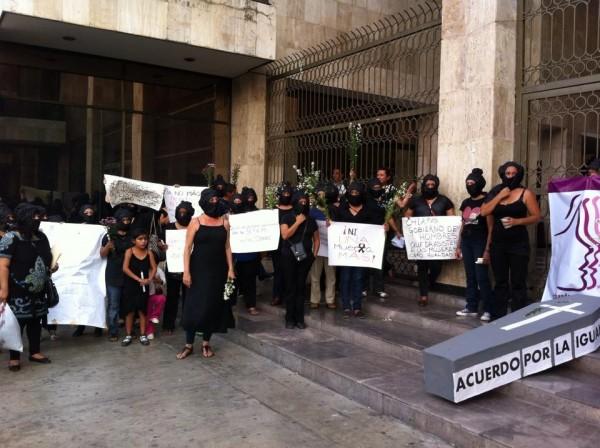 Las activistas también se manifestaron afuera del Congreso del Estado. Foto: Sandra de los Santos/ Chiapas PARALELO.