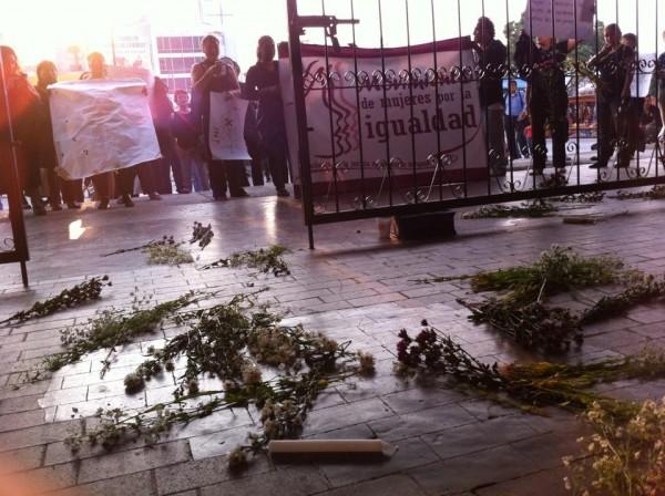 Las activistas arrojaron un ataúd adentro de Palacio de Gobierno, flores y veladoras.