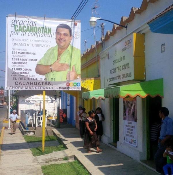 Funcionarios municipales de tercer nivel, como Arturo Alonso Azabache Director del Registro Civil de Cacahoatán, siguen el ejemplo del gobernador Manuel Velasco para promocionar su imagen personal a través del servicio público.