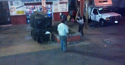 En repudio al cacicazgo de casi 36 años que ejerció en Ahuazotepec Benjamín Silva Cuevas pobladores de la cabecera municipal armados con mazos y martillos demolieron  las jardineras. Foto: Radio Expresión
