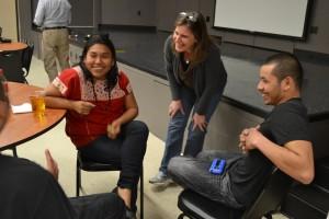 Activistas estadounidenses escuchan a la activista Mexicana. Foto: Luis de León