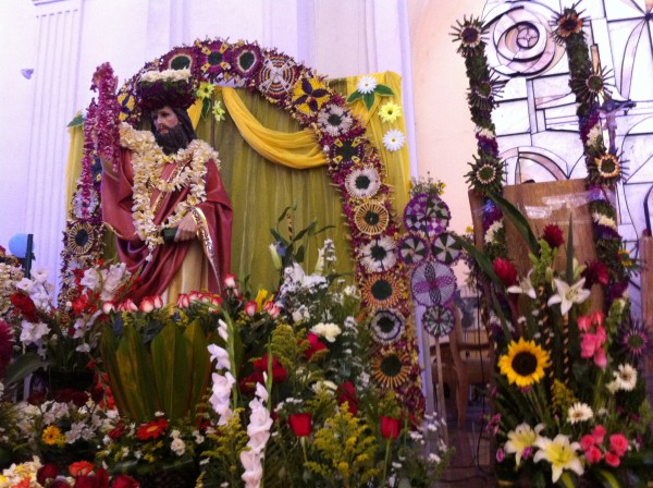 El 25 de abril, como ninguna otra fecha en el año, la Catedral de San Marcos queda oliendo a flor de mayo. Este día se celebra al Santo Patrono de Tuxtla Gutiérrez: San Marcos. Foto: Sandra de los Santos/ Chiapas PARALELO.