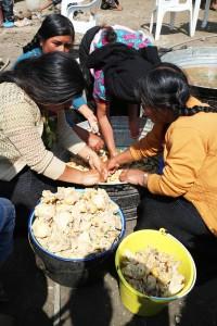Esta semana, mujeres cocinaron en honor al anciano que murió sin poder retornar a su comunidad. Foto: Elizabeth Ruiz