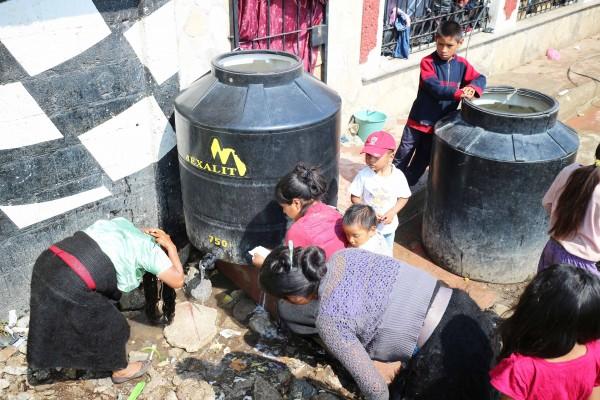 Mujeres tienen que lavarse y bañar a sus hijos en instalciones improvisadas. Foto: Elizabeth Ruiz