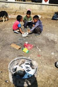 Niños juegan, ajenos a los grupos que pelean el control de la colonia. Foto: Elizabeth Ruiz