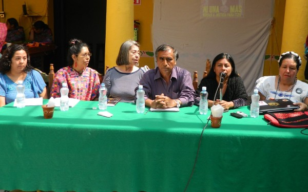 Familiares de víctimas de feminicidios, protestan por la liberación de los presuntos culpables. Foto: Amalia Avendaño