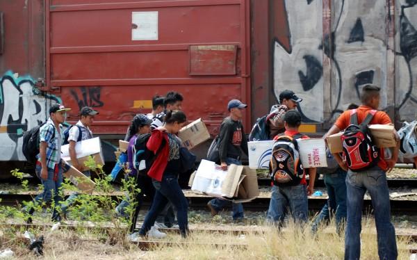 El grupo Beta, y elementos de la Agencia estatal de investigaciones y policía estatal resguardan su arribo y descenso de vagones. Foto: Martha Izquierdo