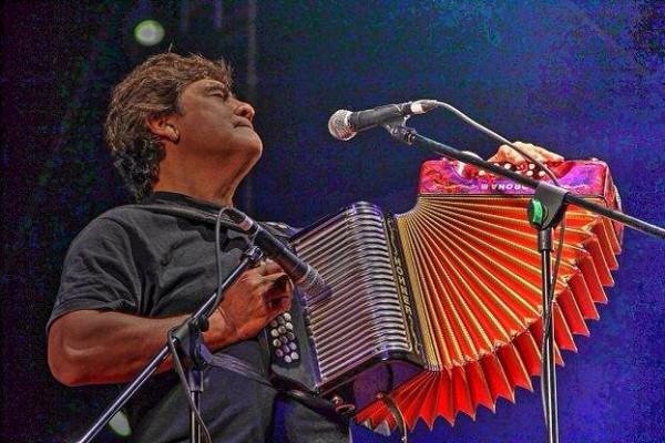Celso Piña rindió homenaje a Gabriel García Márquez la noche del martes 22 en su concierto de San Cristóbal de Las Casas cantando Macondo y la canción que tanto le pedía y gustaba a Gabo, por lo que la llamaba la Maestra de las Cumbias: la Cumbia Sampuesana. Foto: Elizabeth Ruiz