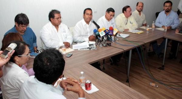 El Secretario General de Gobierno, Eduardo Ramírez Aguilar, y los delegados del gobierno federal hoy en conferencia de prensa para exponer la postura oficial con respecto al Caso de la Selva Lacandona