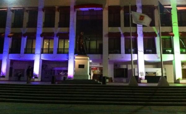 El edificio del Ayuntamiento de Tuxtla Gutiérrez se iluminó de morado. Foto: Sandra de los Santos/ Chiapas PARALELO.