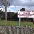 """""""¡Galeano Vive! Manuel Velasco jefe paramilitar, Enrique Peña Nieto Jefe Supremo Paramilitar"""", señala cartel durante homenaje a Galeano en la selva de Chiapas. Foto: Fredy Martín"""