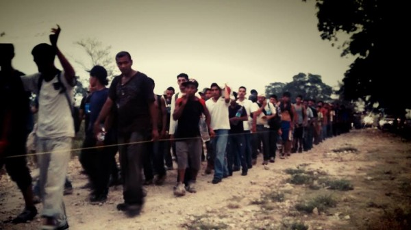 Migrantes antes del operativo. Foto: Rubén Figueroa