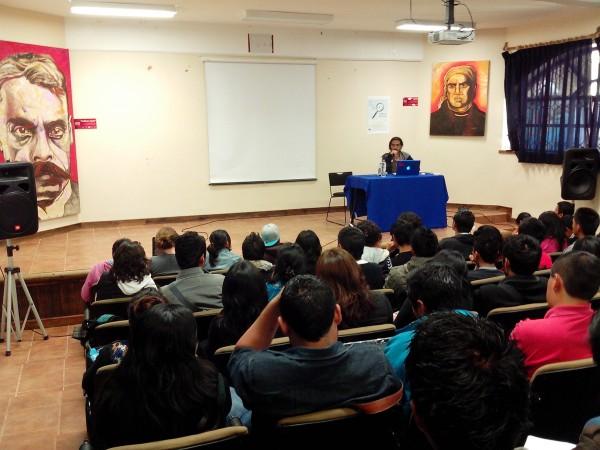 El fotoperiodista Moyses Zuñiga impartiendo una conferencia a estudiantes de la Unich. Foto: Gabriela López/ Chiapas PARALELO.