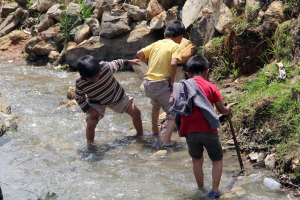 Niños desplazados de San Antonio del Monte, después de bañarse en la orilla del río. Foto: Elizabeth Ruiz