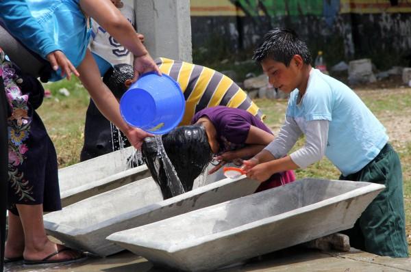 Niños y niñas desplazadas por la violencia en Chiapas, se asean en lavaderos improvisados. Foto: Elizabeth Ruiz