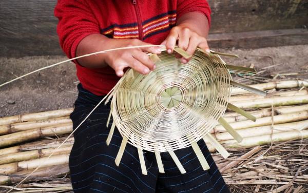 Todos los días Pascualita teje cestas sentada en la puerta de su casa ubicada en San Juan Chamula. Foto: Elizabeth Ruiz