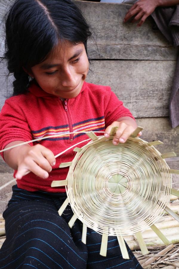 Pascualita, la niña que teje vida. Foto: Elizabeth Ruiz
