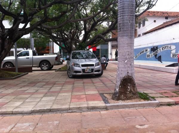 El parque Santo Domingo está siendo utilizado como estacionamiento por personas que llegan o trabajan en las oficinas del PRI. Foto: Sandra de los Santos/ Chiapas PARALELO.