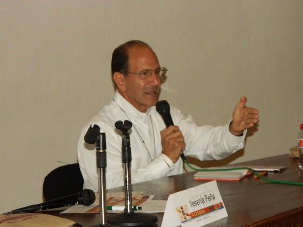 El sacerdote Alejandro Solalinde durante la conferencia de la Semana Cultural de la Diversidad Sexual. Foto: Amalia Avendaño.