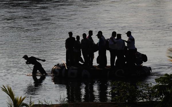 Para evitar pagar el coste en impuestos, y saldar el trámite burocrático que implica registrar su entrada y salida ante el Instituto Nacional de Migración (INM), miles de habitantes de Guatemala y otros países cruzan la frontera por el río Suchiate a bordo de una balsa. Foto: Elizabeth Ruiz
