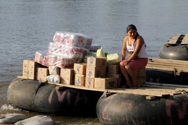 A bordo de las balsas también se transporta, de ida y vuelta, grandes cajas y paquetes. Foto: Elizabeth Ruiz