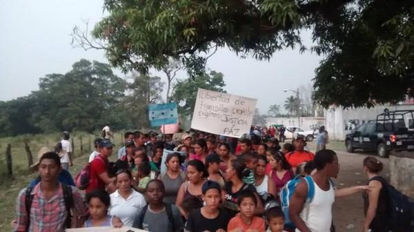 Mas de 300 migrantes entre ellos mujeres y niños, emprendieron una caminata desde Tenosique, exigiendo libre transito. Foto: Rubén Figueroa