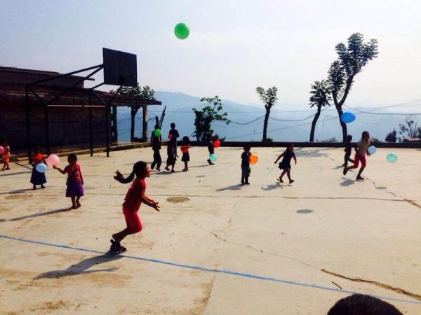 Alegría con globos a la hora del recreo en el Jardín de Niños y Niñas Francisco Gabilondo Soler de San José La Unión en Huitiupan, Chiapas. Foto: Héctor Alonso Jiménez