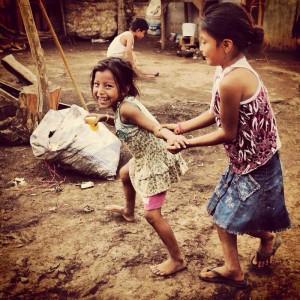 Niñas que trabajan con sus padres en el basurero de Tapachula. Foto: Elizabeth Ruiz, Chiapas PARALELO